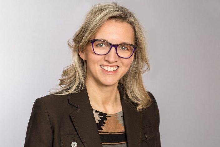 Lori smiling on her LinkedIn headshot Toronto 0O7C5918