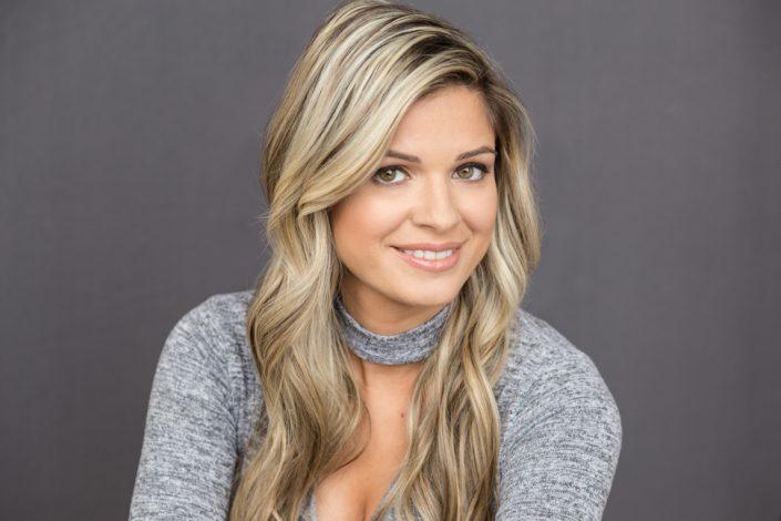 Jaclyn G smiles for LinkedIn headshots Toronto 0856